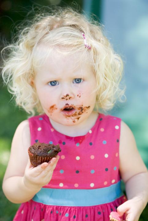 Bambini che mangiano cioccolato